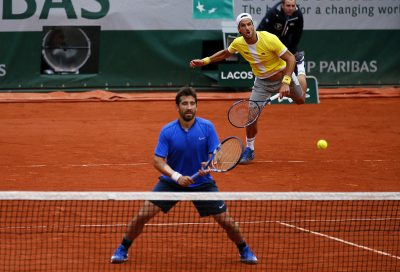 . Paris (France), 04/06/2016.- Feliciano Lopez and Marc Lopez of Spain in action against Mike Bryan and Bob Bryan of the USA during their men's double final match at the French Open tennis tournament at Roland Garros in Paris, France, 04 June 2016. (España, Tenis, Francia, Estados Unidos) EFE/EPA/ROBERT GHEMENT